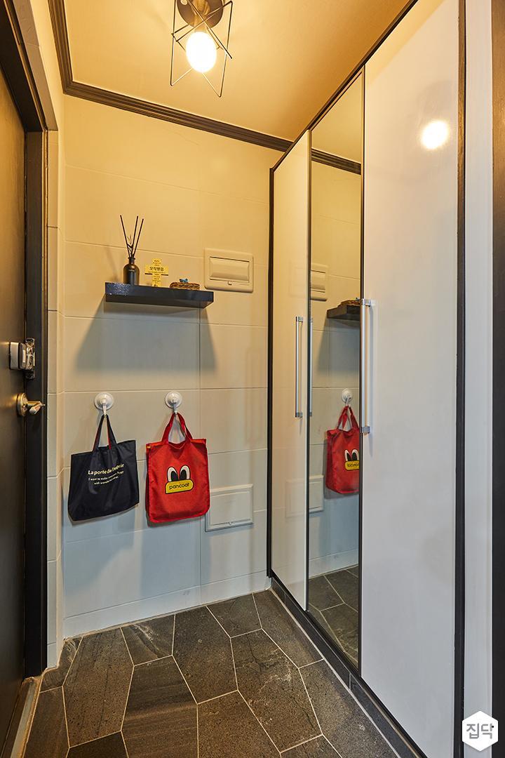 현관,화이트,모던,신발장,육각타일,무지주선반,센서등,거울