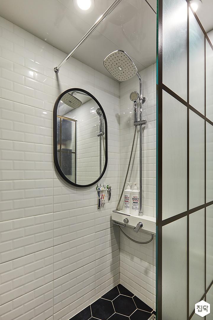 욕실,화이트,파티션,서브웨이패턴,원형거울,해바라기샤워기