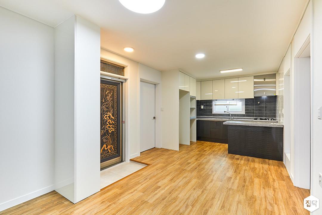 거실,화이트,심플,현관,led조명,장판,주방
