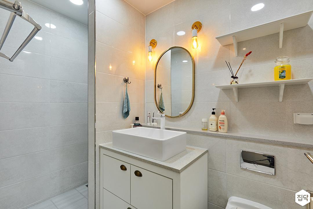 욕실,화이트,클래식,브라켓조명,세면대,하부장,젠다이,선반,다운라이트조명,북유럽