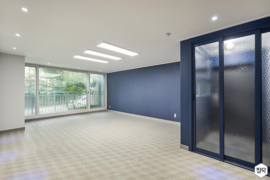 거실,그레이,모던,led조명,디자인장판,다운라이트조명,블루,3연동도어