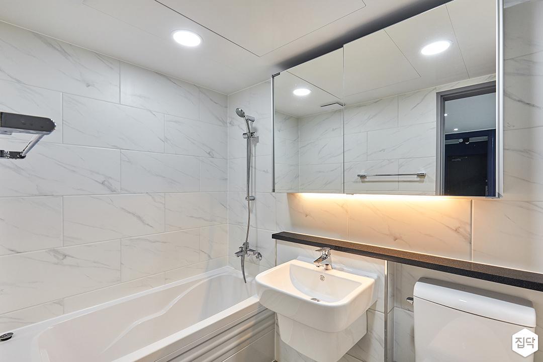 욕실,화이트,모던,젠다이,간접조명,슬라이딩거울장,욕조,비앙코카라라,세면대
