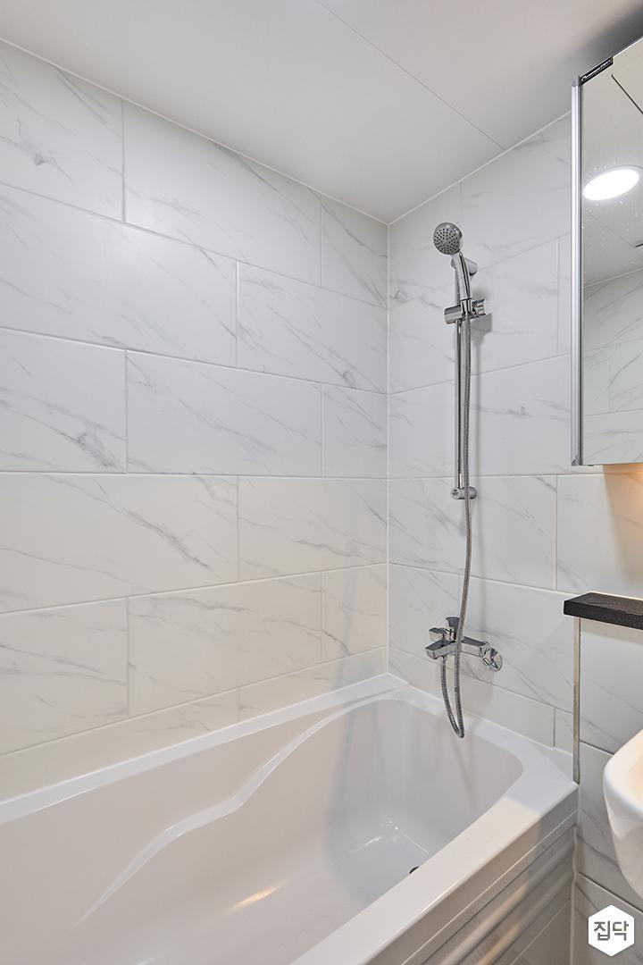 욕실,화이트,모던,비앙코카라라패턴,욕조,샤워기