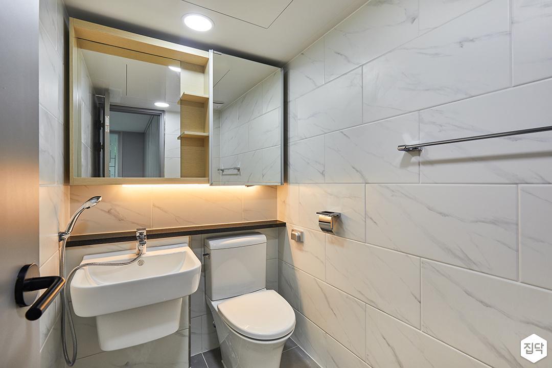 욕실,화이트,모던,슬라이딩거울장,간접조명,비앙코카라라패턴,젠다이,세면대