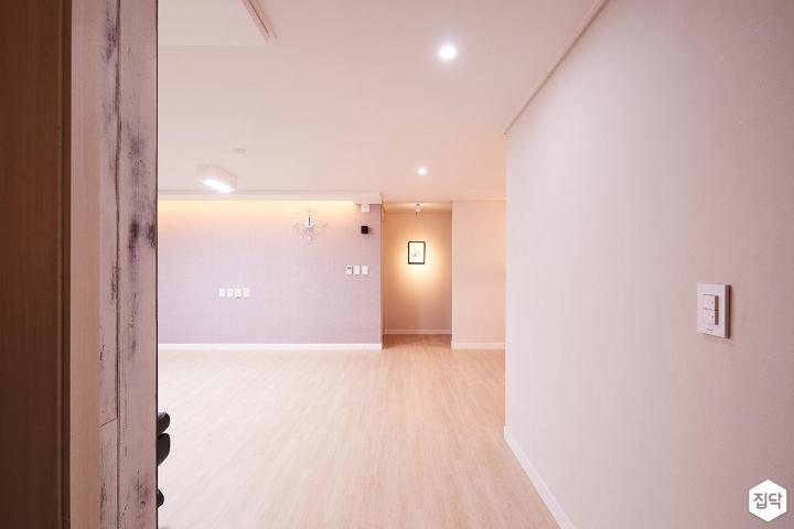 거실,화이트,모던,파레트아트,다운라이트조명,화이트벽지
