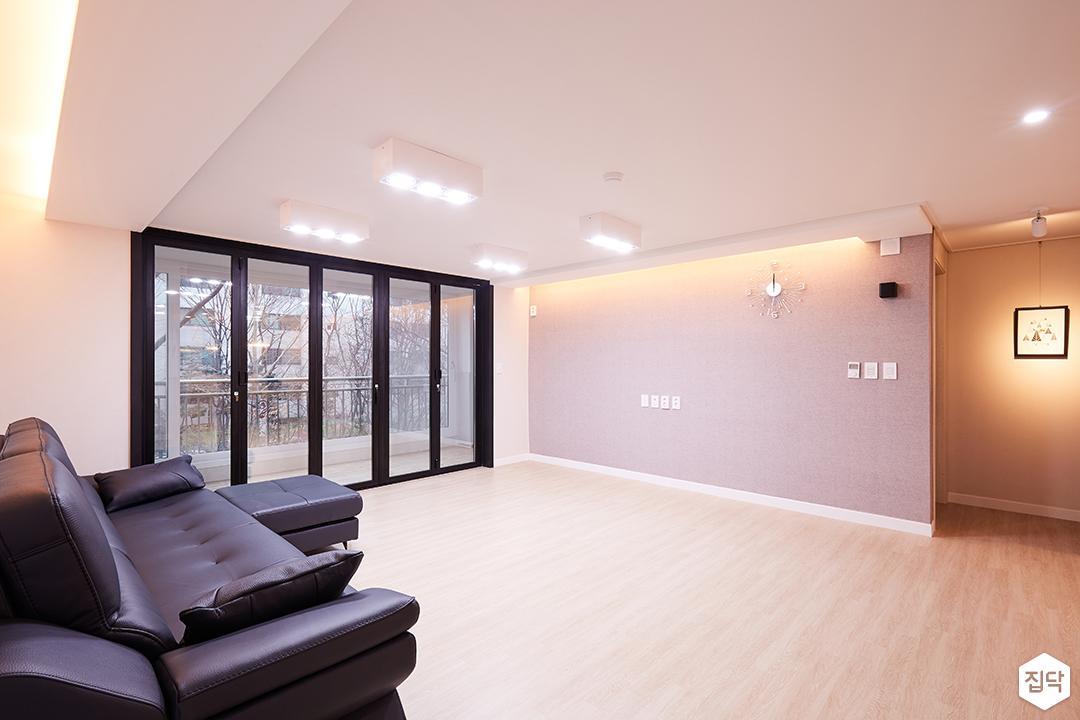 거실,화이트,모던,다운라이트조명,간접조명,그레이벽지,등박스,소파