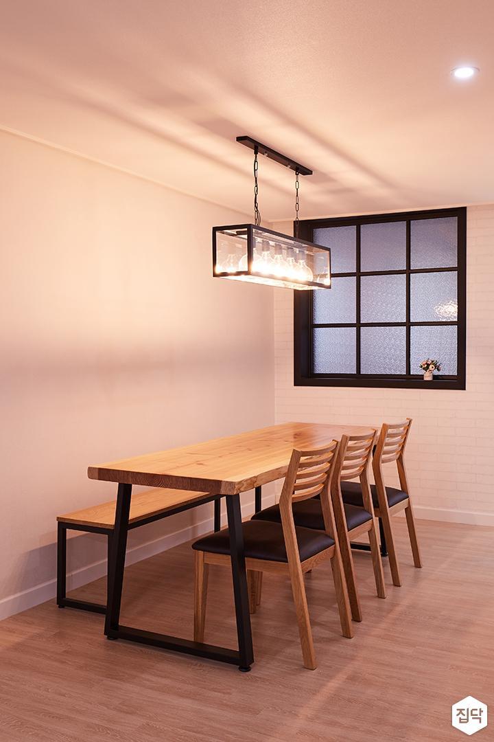 주방,화이트,모던,다이닝룸,펜던트조명,식탁,의자,다운라이트조명,격자무늬,아쿠아유리