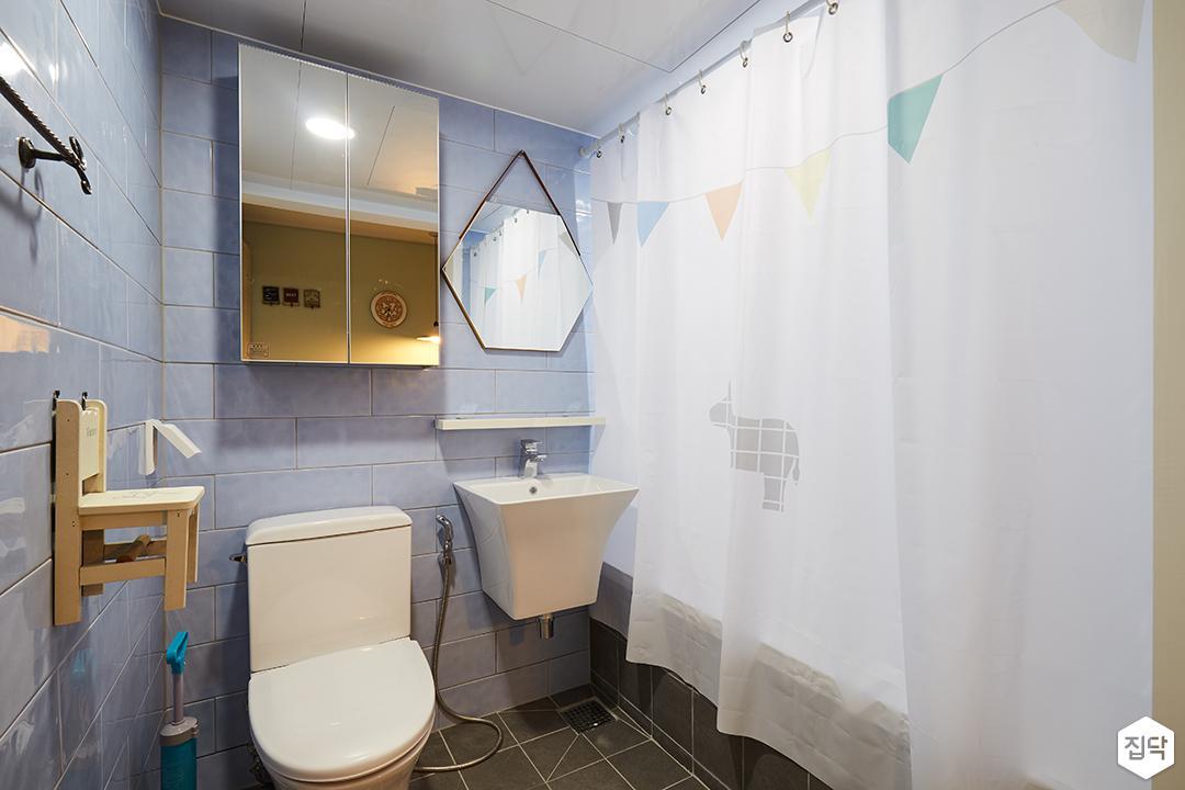 욕실,모던,서브웨이패턴,세면대,무지주선반,거울장,헥사곤거울,의자소품,욕조커튼