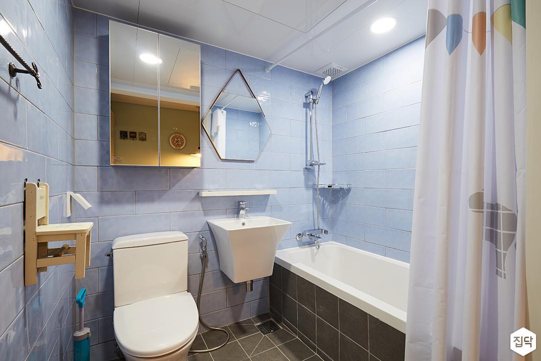 욕실,모던,서브웨이패턴,세면대,무지주선반,거울장,헥사곤거울,의자소품,욕조커튼,욕조
