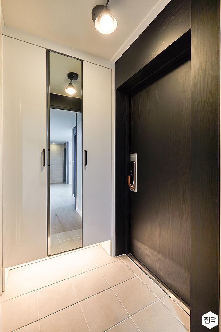 현관,화이트,모던,센서등,신발장,거울,간접조명,블랙
