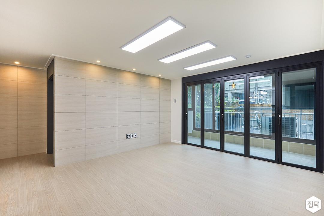 거실,화이트,모던,아트월,LED조명,다운라이트조명,폴딩도어,블랙