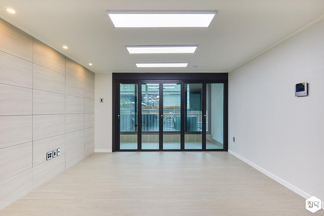 거실,화이트,모던,아트월,LED조명,다운라이트조명,폴딩도어