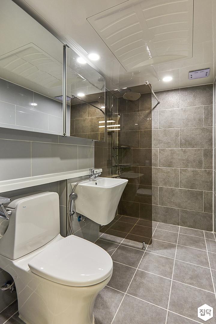 욕실,그레이,모던,슬라이딩거울장,유리파티션,마블패턴,양변기,세면대,젠다이