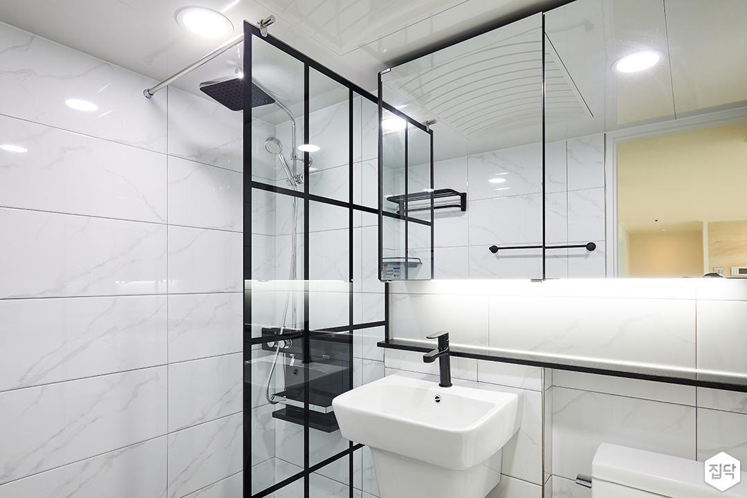 욕실,화이트,모던,젠다이,간접조명,슬라이딩거울장,세면대,수전,블랙,유리파티션,비앙코카라라패턴