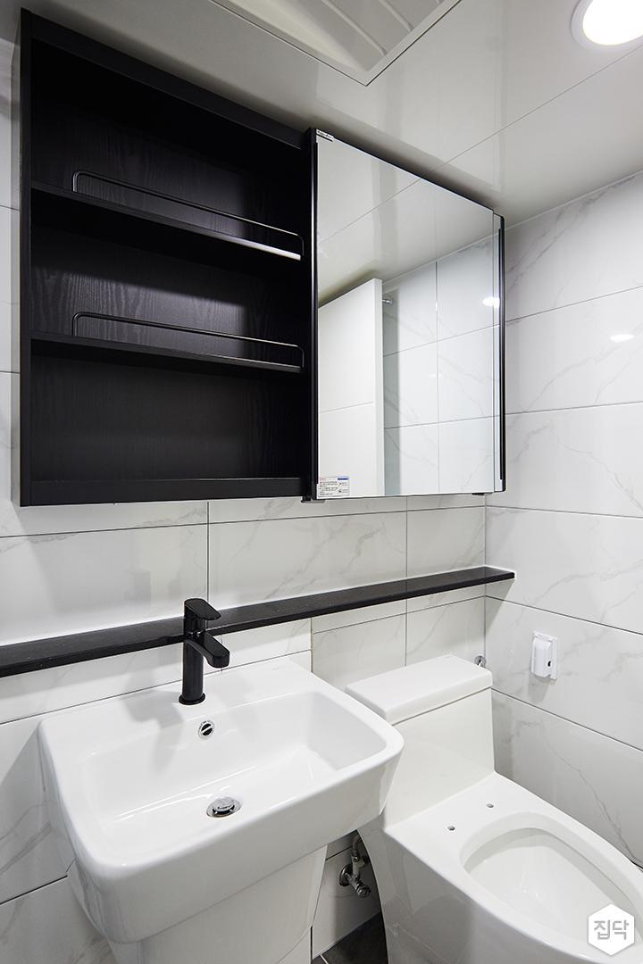 욕실,화이트,모던,젠다이,간접조명,슬라이딩거울장,세면대,수납장,블랙,양변기,비앙코카라라패턴
