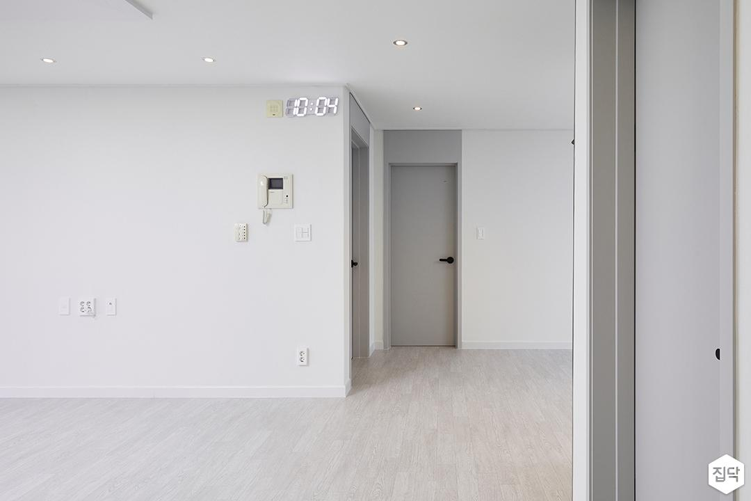 거실,화이트,심플,다운라이트조명,디자인장판