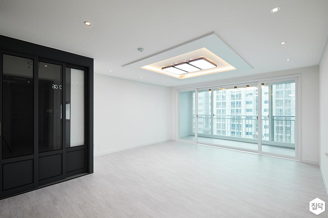 거실,화이트,우물천장,다운라이트조명,LED조명,3연동도어,디자인장판,간접조명,심플