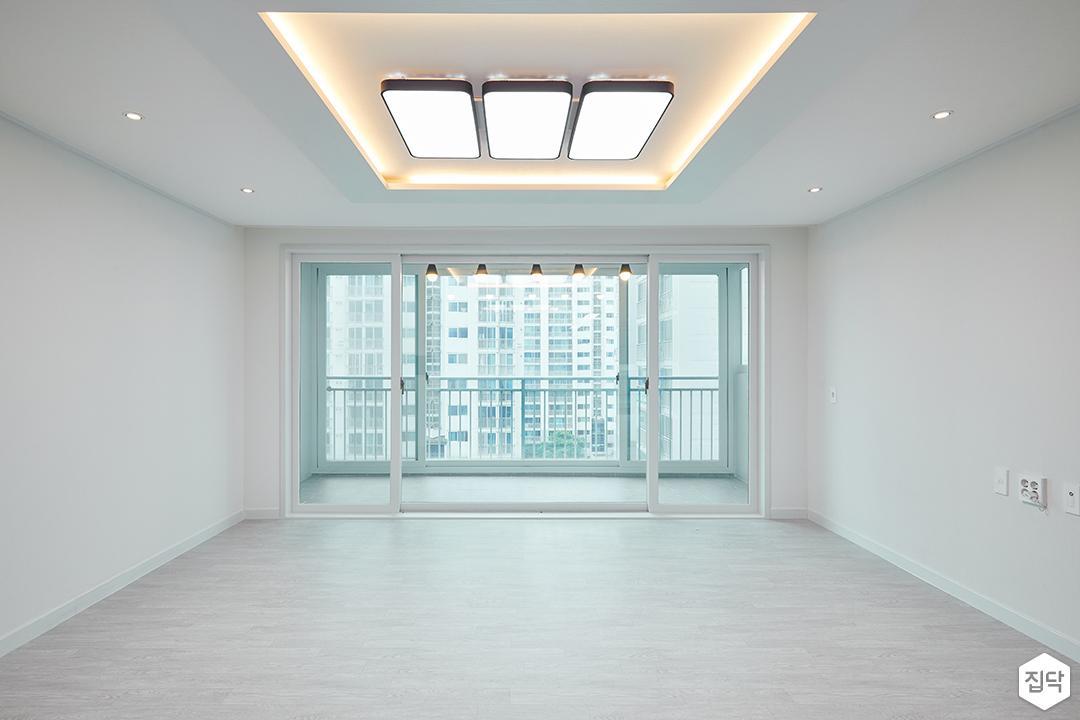 거실,화이트,우물천장,다운라이트조명,LED조명,디자인장판,간접조명,ㅅ미플