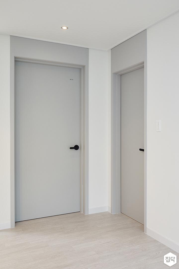 거실,문,그레이,심플,다운라이트조명