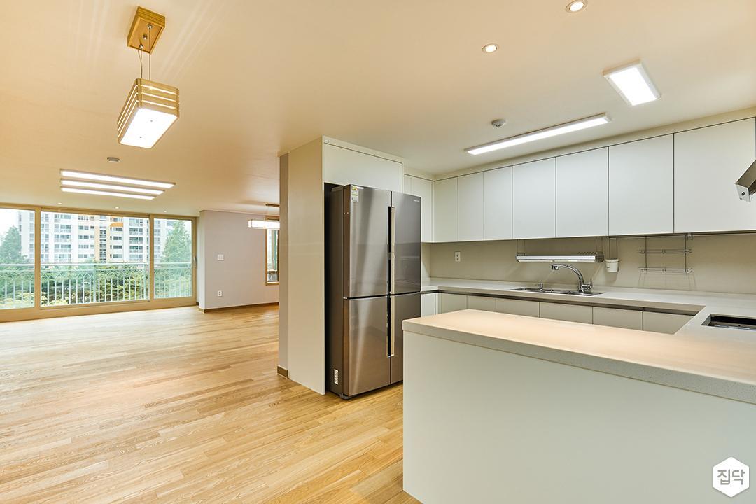 주방,화이트,ㄷ자싱크대,다운라이트조명,led조명,매트화이트,펜던트조명,냉장고장