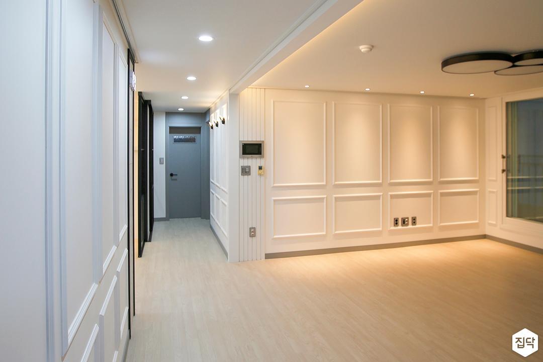 거실,화이트,클래식,웨인스코팅,led조명,간접조명,다운라이트조명