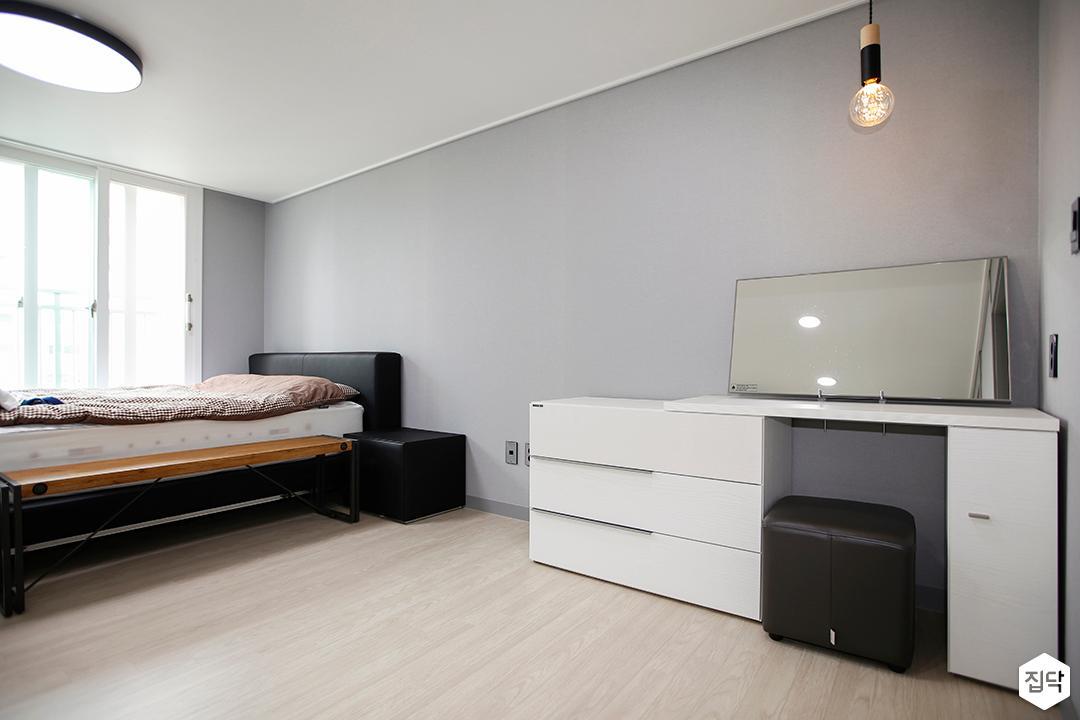 안방,그레이,모던,침대,수납테이블,펜던트조명