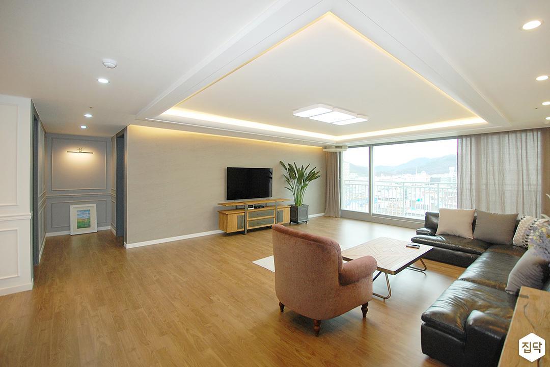 거실,화이트,클래식,우물천장,LED조명,다운라이트조명,간접조명,그레이벽지,친환경,소파,테이블