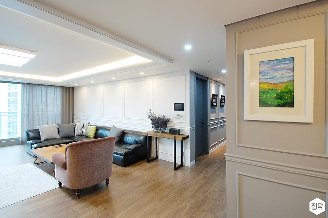 거실,화이트,클래식,우물천장,LED조명,다운라이트조명,간접조명,웨인스코팅,친환경,소파,테이블