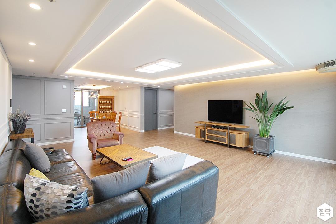 거실,화이트,클래식,우물천장,LED조명,다운라이트조명,간접조명,웨인스코팅,친환경,소파,TV선반,그레이벽지