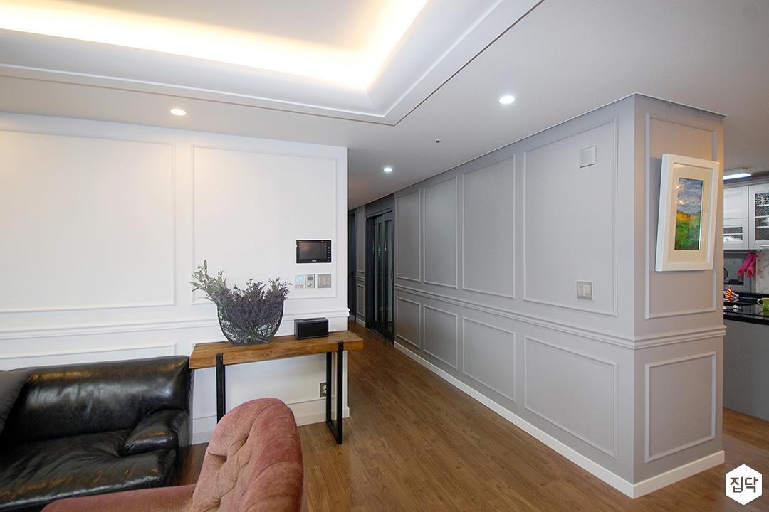 거실,화이트,클래식,우물천장,LED조명,다운라이트조명,간접조명,웨인스코팅,친환경,소파