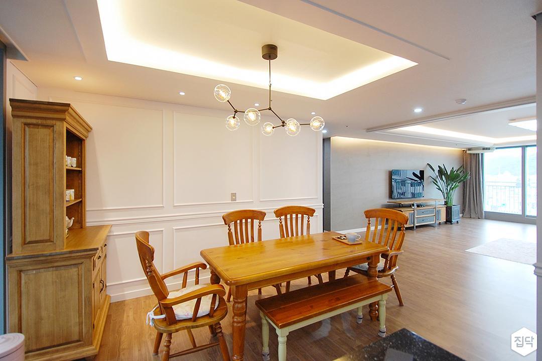 주방,화이트,클래식,펜던트조명,우물천장,간접조명,식탁,의자,선반