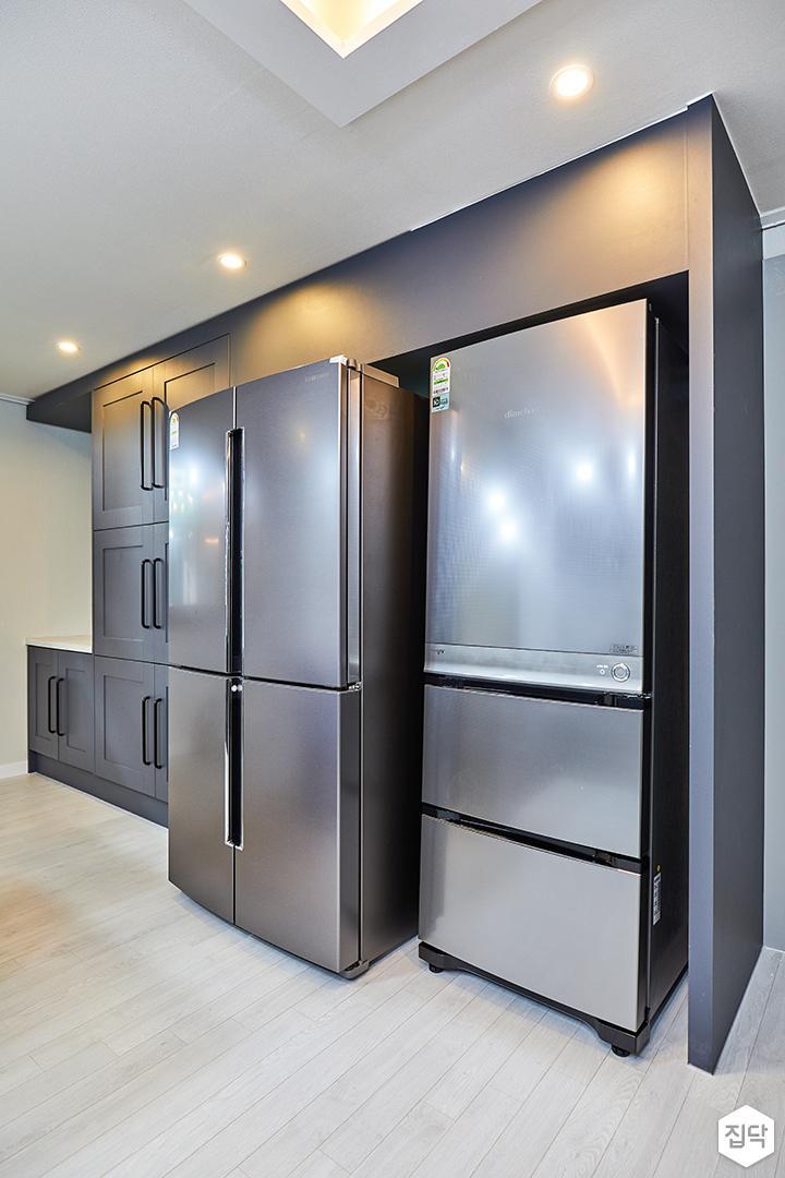주방,그레이,다운라이트조명,냉장고장,수납장