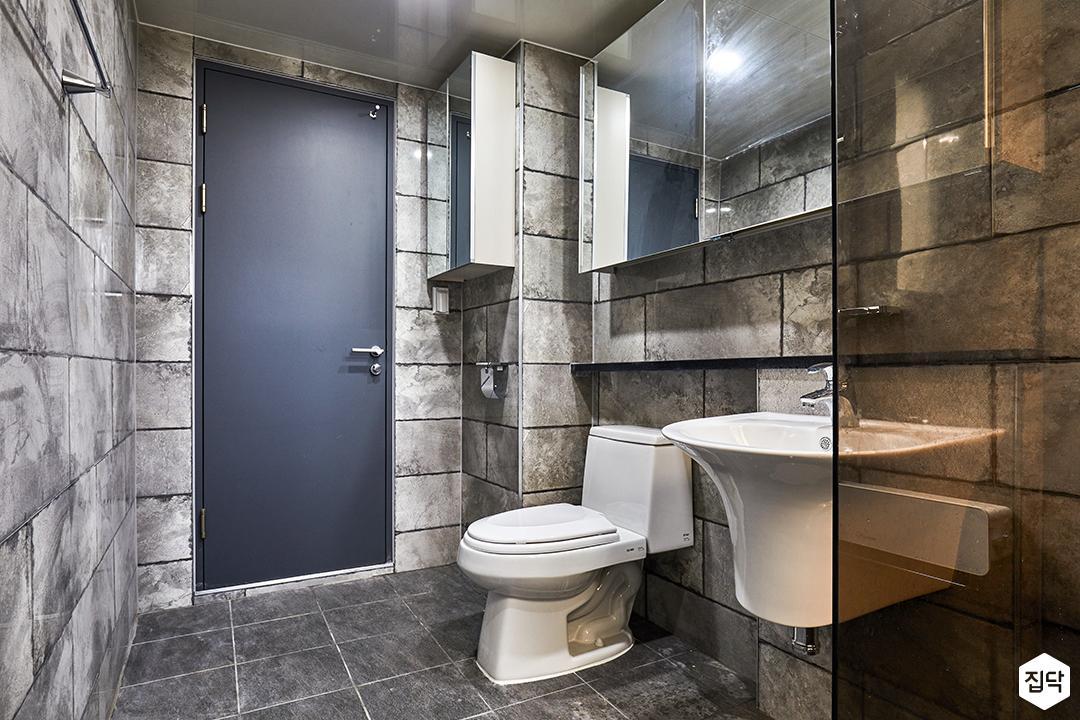 욕실,그레이,마블패턴,모던,양변기,세면기,젠다이,슬라이딩거울장,다크그레이,유리파티션
