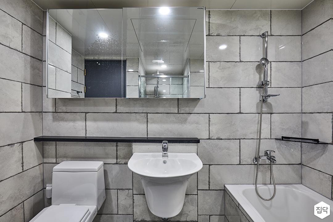 욕실,그레이,빈티지,슬라이딩거울장,젠다이,세면대,욕조,코너선반,샤워기,양변기