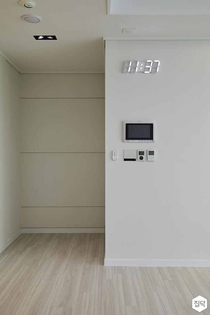 거실,코지코너,화이트,모던,다운라이트조명,led시계