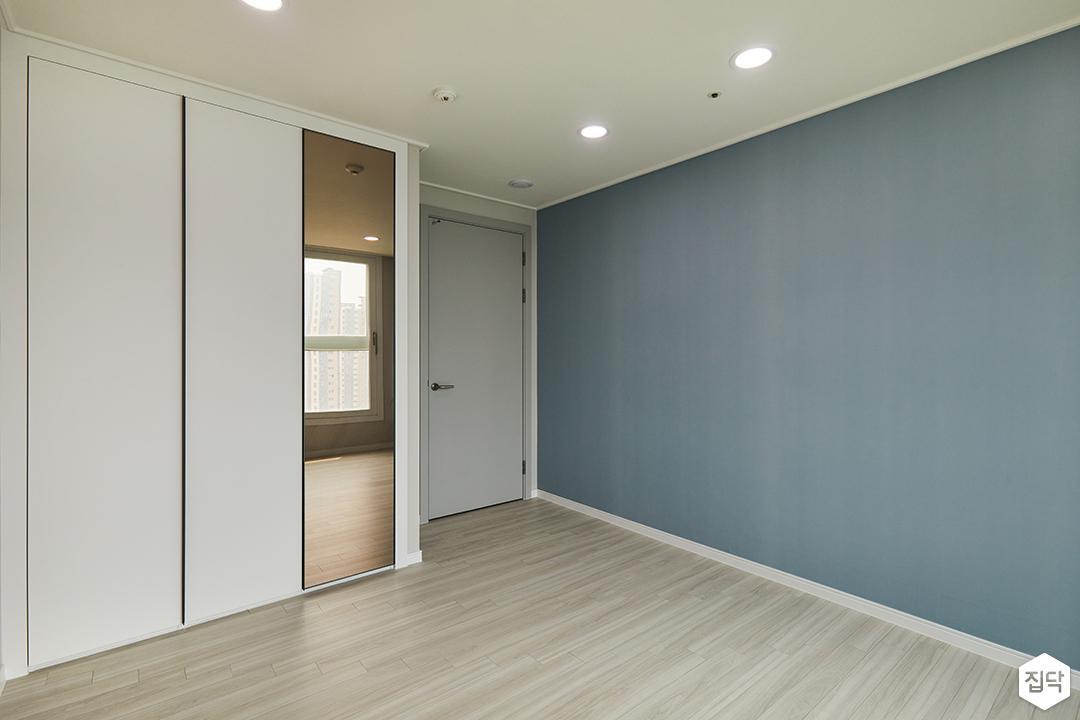 방,블루,모던,다운라이트조명,붙박이장,거울