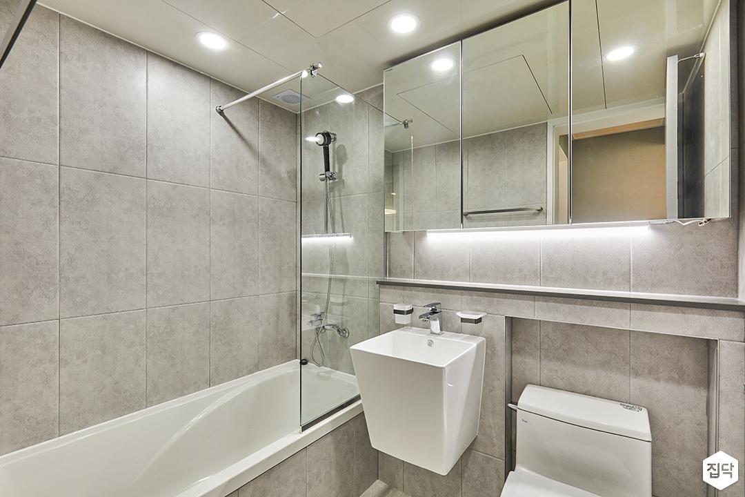 욕실,그레이,모던,다운라이트조명,간접조명,슬라이딩거울장,욕조,유리파티션,세면대,젠다이