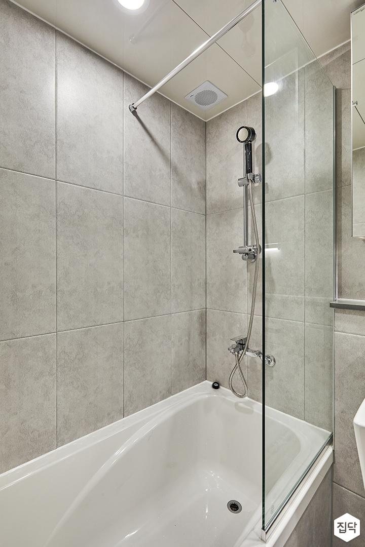 욕실,그레이,모던,유리파티션,욕조,샤워기,마블패턴