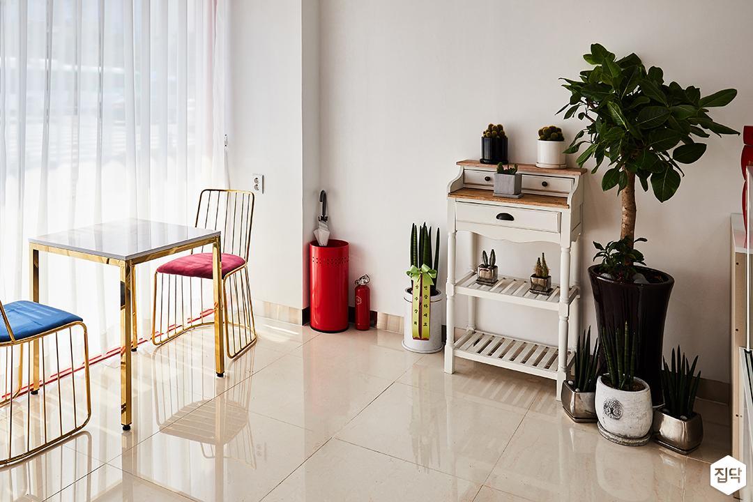 내부,화이트,심플,PVC타일,테이블,의자,선반,소품