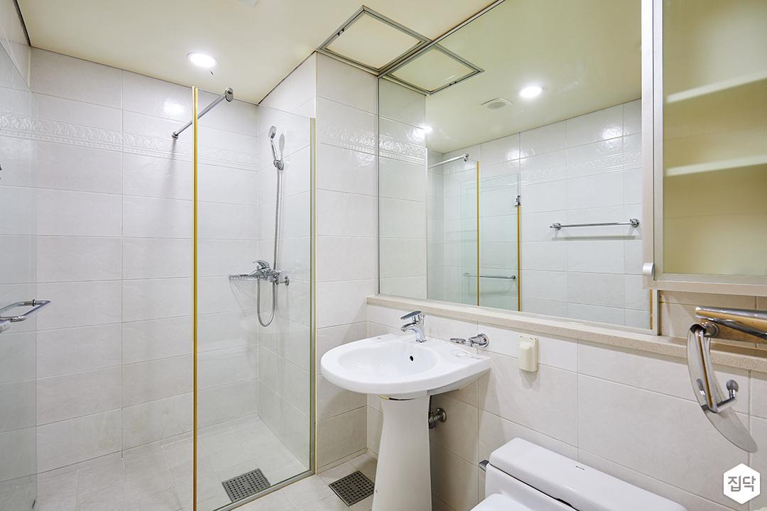 욕실,화이트,심플,거울,젠다이,세면대,유리파티션,수납장,다운라이트조명