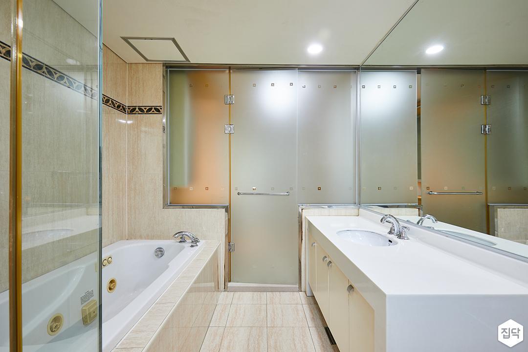 욕실,화이트,모던,세면대,수납장,유리파티션,샤워부스,욕조,다운라이트조명