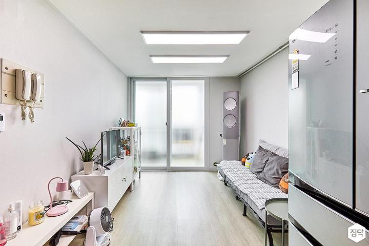거실,화이트,심플,LED조명,샤시,소파,수납장