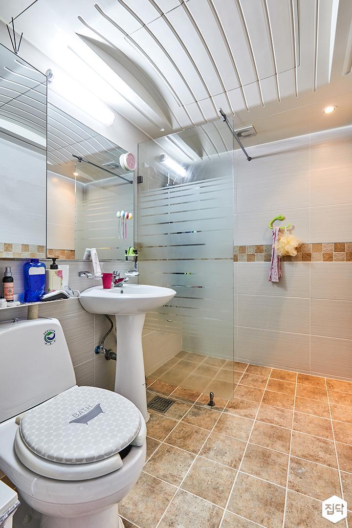 욕실,화이트,심플,세면대,양변기,유리파티션,다운라이트조명,돔천장,포인트타일
