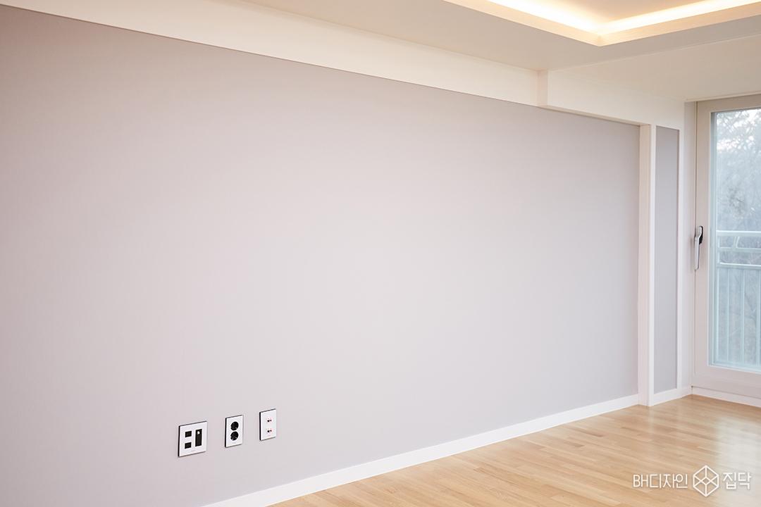 그레이,실크벽지,거실,원목마루,심플