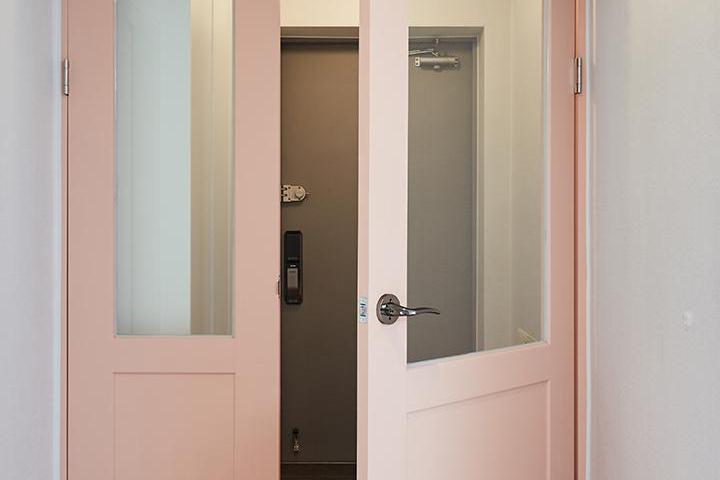 현관,핑크,모던,중문,비대칭여닫이도어,터닝도어