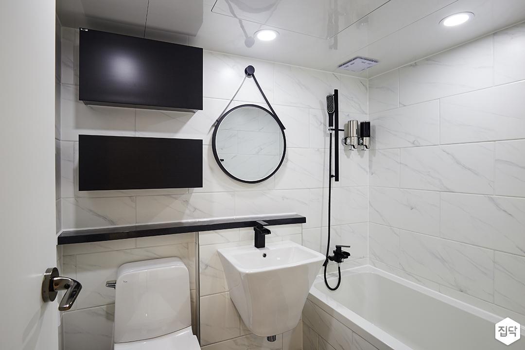 욕실,화이트,모던,블랙,젠다이,세면대,수납장,메탈스트랩거울,다운라이트조명,욕조,샤워기,비앙코카라라패턴