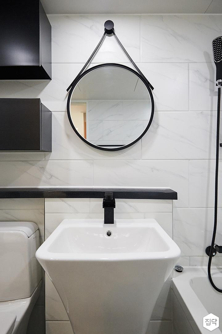 욕실,화이트,모던,블랙,젠다이,세면대,메탈스트랩거울,비앙코카라라패턴
