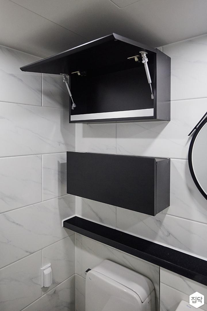 욕실,화이트,모던,블랙,젠다이,수납장,메탈스트랩거울,다운라이트조명,비앙코카라라패턴
