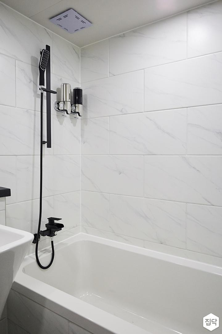 욕실,화이트,모던,블랙,욕조,샤워기,비앙코카라라패턴
