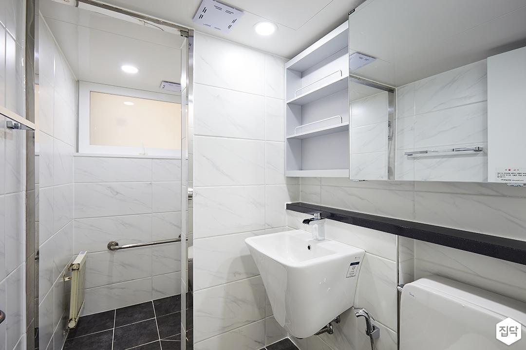 욕실,화이트,심플,비앙코카라라패턴,젠다이,슬라이딩장,세면대,다운라이트조명,가벽